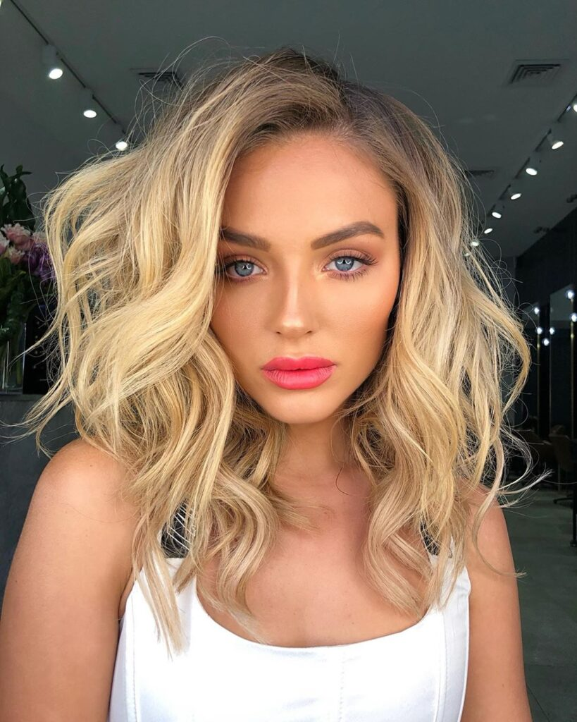 shoulder lenght blonde wavy hairstyle